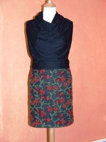 Schmaler Rock aus italienischem Musterwalk mit Bio-Baumwollkern  und drapiertem Shirt aus weichem, griffigem  Baumwolljersey