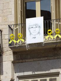 Bild Puigdemonts an einem Haus in Girona - Die gelben Schleifen signalisieren Solidarität mit den unter Anklage stehenden und in Haft befindlichen Politikern