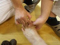 腰痛に効くツボ③ 足の親指の爪の両脇