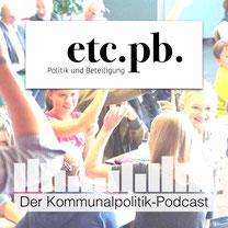 Podcast-Cover mit Titel und fröhlichen Kindern in einem Planspiel im Hintergrund