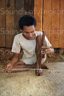 C- Joueur de vièle à résonateur buccal de l'ethnie kreung. Cambodge.