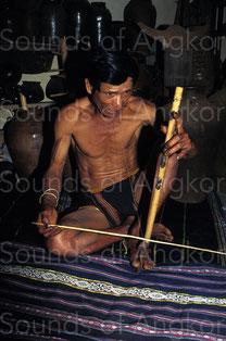 A- Joueur de vièle à résonateur buccal de l'ethnie j'rai. Vietnam.