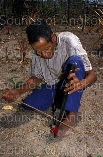 B- Joueur de vièle à résonateur buccal de l'ethnie bahnar. Vietnam.B- Joueur de vièle à résonateur buccal de l'ethnie bahnar. Vietnam.