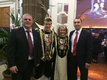 v.l.: Heimleiter Jens Lüdert; Prinz Michael I.  und Prinzessin Karin I.
