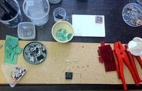 Les morceaux de verres sont découpés, triés par couleurs....
