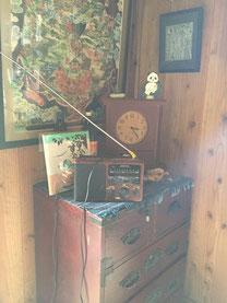 絵本「すやすや」が数々の骨董品に囲まれています。穏やかな空気感が伝わってきます。