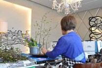 出窓のテーブル花を生ける。