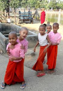 Jeunes nonnes scolarisées à AZM.