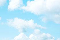 わたがし雲と青空