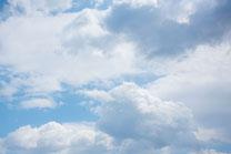 いっぱいの雲と青空