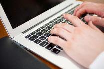 ノートパソコンと男性の手元アップ