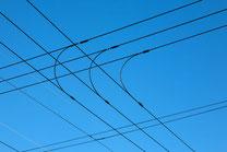 深い青空と電線