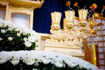 葬儀場の祭壇 白菊