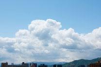 日本 北海道 札幌 入道雲と街並み
