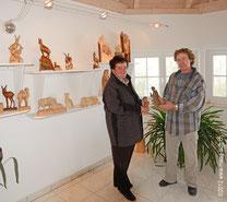 Paul widmer übergibt der Gewinnerin zwei seiner Kunstwerke ein Efeu Struppi und ein Engel mit Kerze Foto Maag -isch