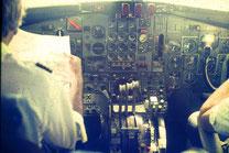 Original-Dia eines Flugzeug-Cockpits um 1975, Boeing 727. Übrigens: Man flog nach Karte (Commander links). Symbolkraft: Menschen am Steuerknüppel.