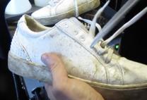 mueden.de, Sneaker reinigen, Bild 2 schmutzige Schuhe und Schnürbänder