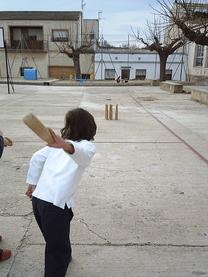 """El juego tradicional autóctono valenciano  de """"Les Birles"""" se esta introduciendo con gran éxito en las escuelas."""