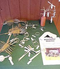 子どもたちが作った草玩具が展示されている=竹富島ゆがふ館