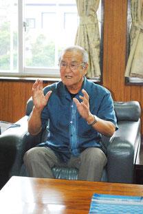 方言の普及功労者として表彰され、中山市長に報告する岡山さん=21日午後、市役所