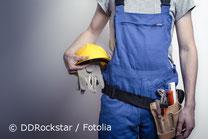 Foto - Handwerkerin mit Helm in der Hand