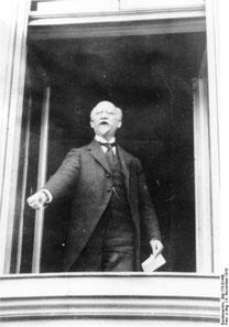 Philipp Scheidemann ruft die Republik vom Reichstag aus. 09.11.1918