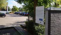 Ein Hinweisschild an der Einfahrt zu einem Supermarkt-Parkplatz. Erhält hier der Kunde ein Knöllchen, so wäre dieses ohne vertragliche Grundlage erstellt. Eine Zahlungspflicht besteht damit nicht.