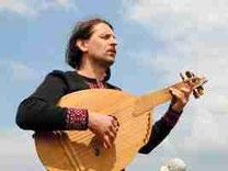 Тарас Вікторович Компаніченко, кобзар , співак, бандурист, чорними хмарами вкрита руїна