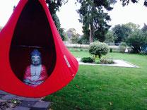 Meditation im Garten, Buddha, Hängesessel