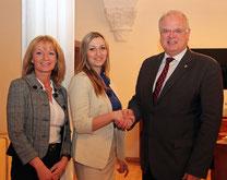 Bürgermeister Dr. Reinhard Resch und Stadträtin Eva Hollerer begrüßen die frisch gebackene  Mandatarin. Foto: zVg