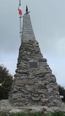 La stele di vetta del monte Mazzuccone m. 1424