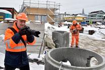 Markus Steinemann nimmt mit seiner Kamera auch die Baustelle rund um den Bahnhof ins Visier. Bild: Thomas Peter.