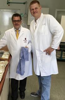 Schulleiter Ruscheck mit seiner rechten Hand und Stellvertreter Jach im Labor beim Silbern