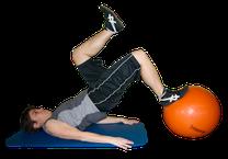 Sportler beim Reha-Training mit kleinem Pezziball