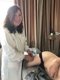 Michaela Berger bei einer praktischen Akupunktur-Übung
