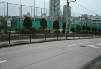 心眼寺坂からテニスコートが見える