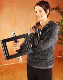 Frau mit Osteoporose Osteopenie mit Galileo Vibrationshantel in der rechten Hand