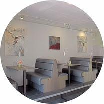 Geschäftsräume, Praxen, Restaurants sollen sowohl die Corporate Identity wiederspiegeln als auch die Kunden im Blick haben, die in diesen Räumen sind.