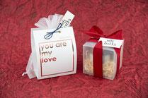Zwei Geschenkverpackungen mit einem roten Hintergrund