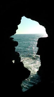 長い年月を経て自然の浸食にで出来た穴の形は、なんだか「アフリカ大陸」みたいで神秘的です。