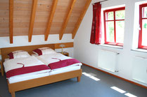 Schlafzimmer: Komfortable Betten im Ferienhaus Kaskadenschlucht bei Gersfeld.