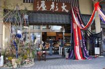 お店の玄関がゴージャスに飾られています