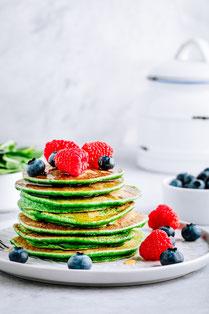 IN FORM, Geprüfte IN FORM-Rezepte, gesunde Ernährung, gesunde Rezepte, gesundes Essen, gesundes Frühstück, süßes Frühstück, Frühstücksrezept, Pfannkuchen, Pfannkuchenrezept, Spinatpfannkuchen, gesunde Pfannkuchen, Erdbeersoße