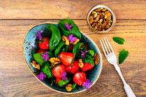 IN FORM, Geprüfte IN FORM-Rezepte, Salat, Blattsalat, Salatrezept, Erdbeeren, Honig, Honigdressing, Mittagessen, Abendessen, gesundes Essen, gesunde Ernährung, gesund essen, gesund abnehmen, abnehmen, Frühlingsgericht, Vorspeise, Hauptspeise