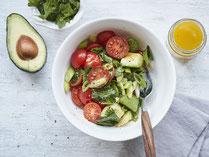 Geprüfte IN FORM-Rezepte, IN FORM, gesunde Rezepte, gesunde Ernährung, gesundes Essen, gesund essen, gesund abnehmen, abnehmen, gesund kochen, DGE, Deutsche Gesellschaft für Ernährung, Avocado-Tomaten-Salat, Salatrezept, Tomatensalat, Salat vegan