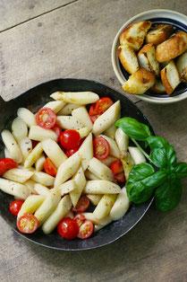 IN FORM, Geprüfte IN FORM-Rezepte, DGE, 10 Regeln, 10 Regeln der DGE, gesunde Ernährung, gesunde Rezepte, gesundes Essen, Tomaten-Spargel-Salat, Tomatensalat, Spargelsalat, Salat, Salatrezept, veganer Salat, veganes Rezept, veganes Salatrezept