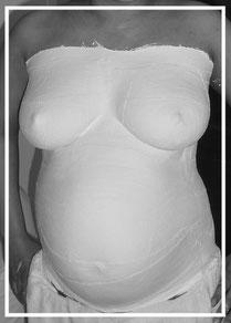 Babybauchabdruck in München, Babybauchabdruck ist fast fertig, die Gipsmaske trocknet aus, dann kann sie abgenommen werden. Es folgt die Verstärkung, das Zuschneiden, die Oberflächenglättung, schleifen, grundieren