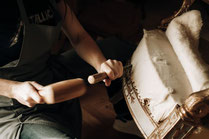 L'artisan sur une rénovation de fauteuil d'époque - Ecoute Bergère