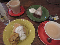 マンゴーの魔法のケーキはサツマイモとリンゴ添え(下)、キャラメルバナナケーキ(上)