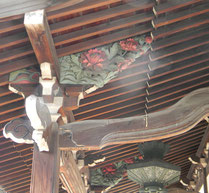 長命寺本堂軒下の木彫刻